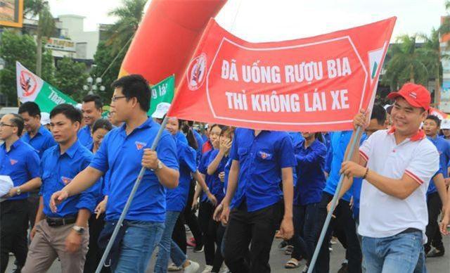 """Quảng Trị: Hàng ngàn người đi bộ kêu gọi """"không uống rượu bia khi lái xe"""""""