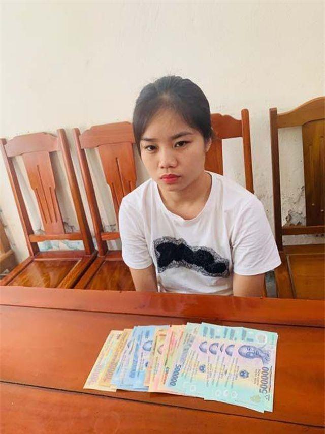 Đối tượng Nguyễn Thị Hằng và tang vật.
