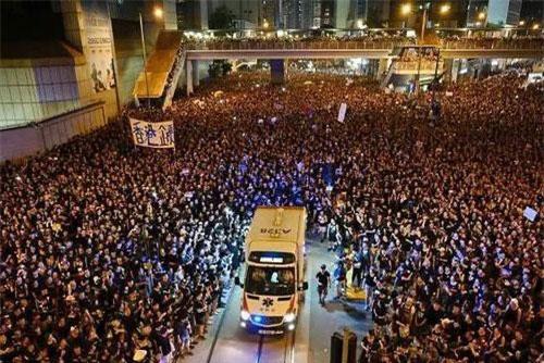 CLIP: Đang biểu tình rầm rộn nhưng 'biển người' vẫn mở đường cho xe cứu thương đi qua