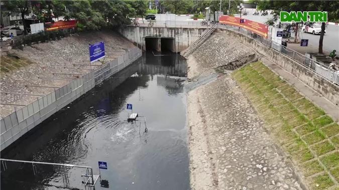 Khoảng 70m2 mặt nước sông Tô Lịch (Hà Nội) được quây bằng rào sắt để các chuyên gia Nhật Bản thử nghiệm công nghệ phân hủy bùn thành khí CO2 và nước bằng công nghệ Nano-Bioreactor.