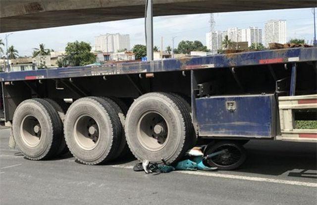 TPHCM: Sau va chạm, người phụ nữ vừa ngồi dậy thì bị xe container cán chết gây sốc