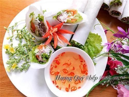 Xếp phở cuốn ra đĩa, khi ăn chấm kèm với mắm chua cay.