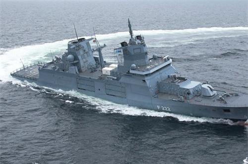 Con tàu có một kích thước 'ấn tượng' với lượng giãn nước 7.200 tấn, dài 149m, rộng 18,8m, mớn nước 5m. Tàu trang bị một động cơ tuabin khí 20MW, 2 động cơ điện 4,7MW, 4 máy diesel 2,9MW, 3 hộp số, 2 trục chân vịt cho tốc độ tối đa 26 hải lý/h, tầm hoạt động 7.400km. Nguồn ảnh: TKMS