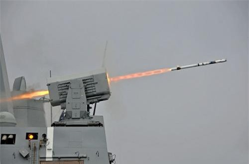 Theo đó, thay vì trang bị tên lửa phòng không tầm xa như SAM-PT hay Aster-15/30 giống như chiến hạm kích cỡ tương đương của Pháp, nước Đức lại chọn bệ phóng tên lửa tầm ngắn RIM-116 RAM dưới 10km cho con tàu. Nguồn ảnh: Wikipedia