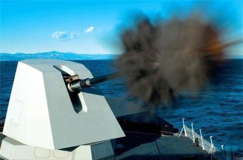 """Trong khi hệ thống tên lửa không có gì đặc biệt thì siêu hạm 7.200 tấn của Đức """"nổi bật"""" với nhiều hệ thống pháo. Con tàu có một pháo hạm 127mm Oto Breda có tốc độ bắn 32 phát/phút, tầm bắn hiệu quả 30km. Đáng chú ý, pháo có thể bắn xa tới 120km nếu Đức chịu chi tiền mua đạn pháo thông minh Vulcano. Nguồn ảnh: Wikipedia"""