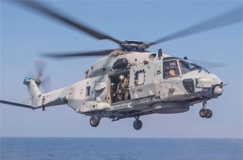 Đuôi tàu có sân bay và hangar cho phép triển khai hai trực thăng săn ngầm – vận tải NH-90. Nguồn ảnh: Wikipedia