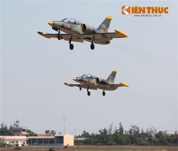 Hiện nay, ở Việt Nam, chỉ có duy nhất Trường Sĩ quan Không quân (Nha Trang, Khánh Hòa) là đơn vị được giao nhiệm vụ đào tạo, huấn luyện các sĩ quan lái máy bay cho Không quân Nhân dân Việt Nam. Đơn vị này hiện được trang bị hai loại máy bay Iak-52