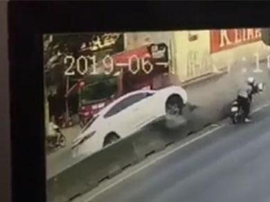 CLIP: 'Tạt đầu' xe container, ôtô con bị hất tung lên dải phân cách