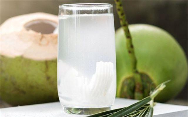 Đối phó với nắng nóng: Đừng chỉ uống nước lọc, hãy uống thêm nước dừa, oresol - 1
