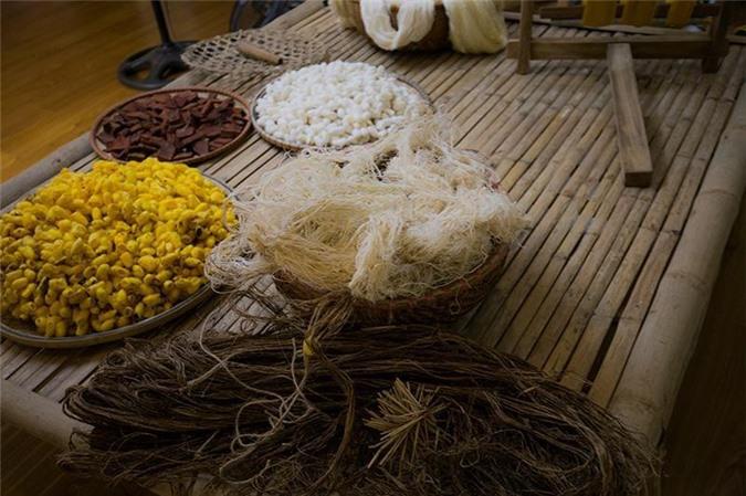 Kén, sợi đũi, nguyên liệu nhuộm... được trưng bày tại số 2 Hoa Lưu.
