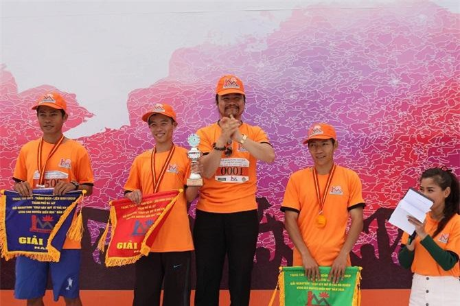 Ông Ngô Quang Phúc, Chủ tịch Lien Minh Group trao giải cho các vận động viên trong mùa giải lần thứ nhất, năm 2018 (Ảnh: TL)