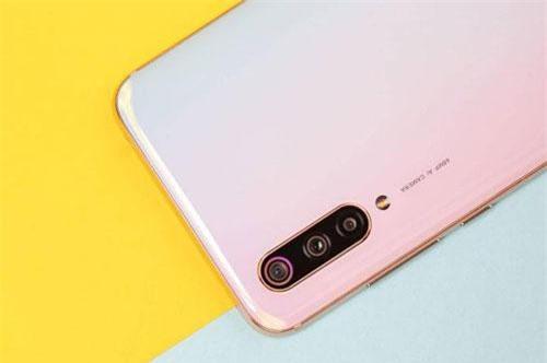 Bộ ba camera sau của Xiaomi Mi CC9e có độ phân giải 48 MP, khẩu độ f/1.7 hỗ trợ lấy nét theo pha, chống rung điện tử (EIS). Cảm biến thứ hai 8 MP, f/2.2 cho ống kính góc rộng 118 độ. Cảm biến còn lại 2 MP, f/2.4 cho khả năng chụp ảnh xóa phông. Bộ ba này được trang bị đèn flash LED, quay video 4K.