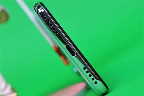 Loa ngoài, cổng USB Type-C và micro dưới cạnh đáy.