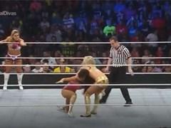 Clip: Nữ đô vật WWE khóc nức nở trên sàn đấu vì bị đối thủ tụt quần