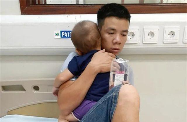 Cả gia đình nhập viện vì nghi bị kẻ xấu ném thuốc trừ sâu vào téc nước - 1