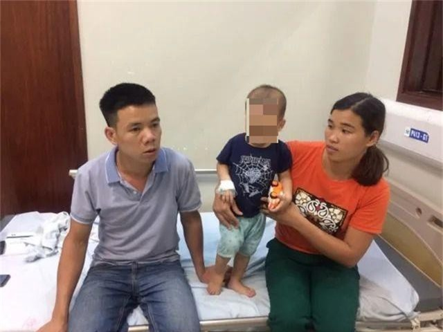 Cả gia đình nhập viện vì nghi bị kẻ xấu ném thuốc trừ sâu vào téc nước - 2
