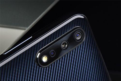 Bộ ba camera sau của Vivo IQOO Neo có độ phân giải 12 MP, khẩu độ f/1.8 tích hợp công nghệ lấy nét Dual Pixel PDAF. Cảm biến góc rộng 8 MP, f/2.2 và cảm biến 2 MP, f/2.4 giúp tăng độ sâu trường ảnh, chụp hình xóa phông. Bộ ba này được trang bị đèn flash LED, quay video 4K.