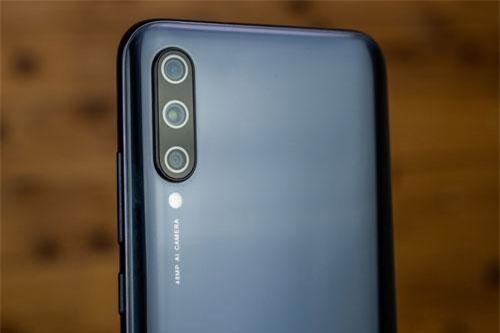 Xiaomi Mi A3 sở hữu 3 camera ở mặt lưng. Trong đó, cảm biến chính 48 MP, khẩu độ f/1.8 cho khả năng lấy nét theo pha. Cảm biến thứ hai 8 MP, f/2.2 với ống kính góc rộng 118 độ. Cảm biến còn lại 2 MP, f/2.4 giúp tăng độ sâu trường ảnh, chụp hình xóa phông. Bộ ba này được trang bị đèn flash LED, quay video 4K.