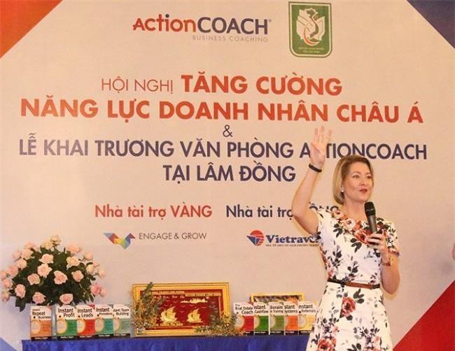 """Master Coach Charmain Campell, Giám đốc ActionCOACH Đông Nam Á đã có buổi đào tạo với chủ đề: """"Tăng cường năng lực doanh nhân châu Á"""" với sự tham gia của khoảng 150 chủ doanh nghiệp tại tỉnh Lâm Đồng."""