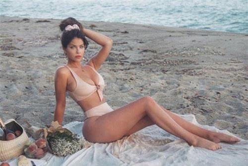 Cô thường xuyên diện những trang phục khá kiệm vải để khoe triệt để đường cong cơ thể.