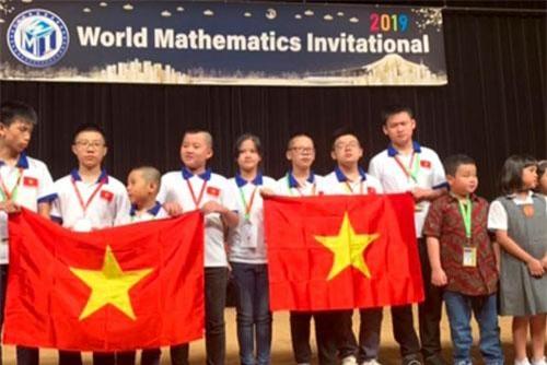 Học sinh Việt Nam và các nước lên nhận giải.