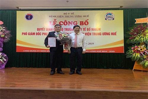 Thứ trưởng thường trực Bộ Y tế Nguyễn Viết Tiến trao quyết định bổ nhiệm phó Giám đốc chuyên môn cho TS BS Nguyễn Thanh Xuân