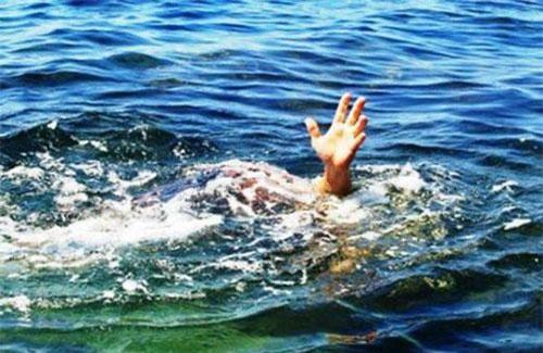 Nghệ An: Người mẹ chết lặng khi phát hiện 2 con nhỏ đuối nước dưới ao