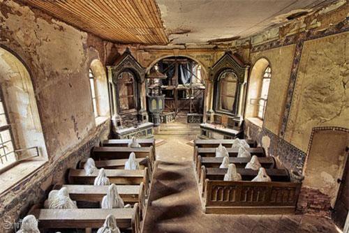 """Những """"bóng ma"""" ngồi cầu nguyện trong nhà thờ."""