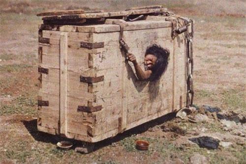anh nguoi phu nu mong co bi nhot trong cui den chet vi toi ngoai tinh hinh 1 Người phụ nữ bị nhốt trong cũi trên sa mạc Mông Cổ năm 1913. Ảnh: Albert Kahn.