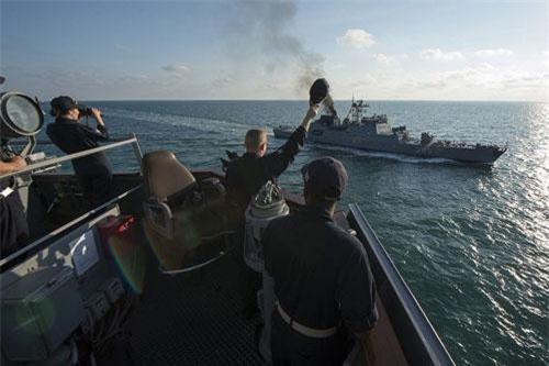 """Khu trục hạm """"đồ cổ"""" Nga đột nhập khu vực bắn đạn thật của hải quân NATO"""