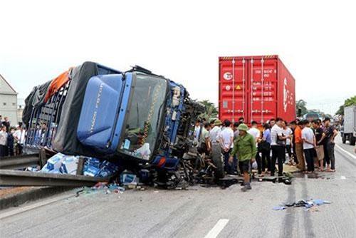 Tạm giữ tài xế xe tải lật ngang đè chết 5 người trên quốc lộ