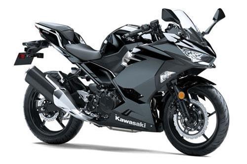 Kawasaki Ninja 400 ABS 2019 vẫn sở hữu thiết kế góc cạnh và hầm hố như thế hệ cũ. Khác biệt lớn nhất bộ tem mới giúp xe trông bắt mắt hơn. Khung xe được làm từ thép cường độ cao.