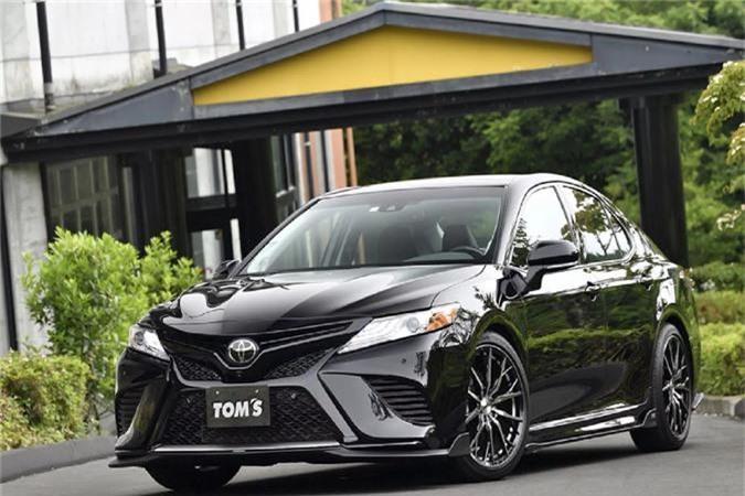 """Chiếc xe Toyota Camry mới mang tên """"C35"""" này là một sản phẩm của hãng độ Tomsracing (TOM'S) của Nhật Bản, khi xe được tuỳ chỉnh và vô nhiều """"đồ chơi"""" từ hãng. Đáng lưu ý, bản độ Camry """"C35"""" này dựa trên Camry Mỹ lắp máy V6 3.5L N/A."""