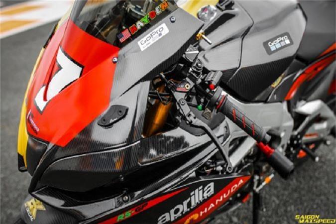 Siêu môtô Aprilia RSV4 là dòng sản phẩm superbike khét tiếng đến từ xứ sở Ý, với lối thiết kế tiêu biểu sở hữu khung sườn nhôm siêu nhẹ đi kèm trang bị khủng, nó thực sự là niềm khao khát của không ít dân chơi đam mê môtô phân khối lớn, tuy nhiên việc sở hữu nó là không hề dễ dàng.