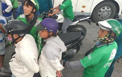 Hàng chục tài xế tiến hành vây bắt cặp nam nữ lừa đảo (Ảnh: PLO)
