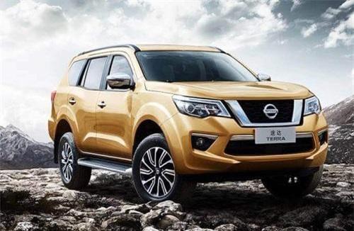 SUV Nissan Terra phiên bản màu vàng sang trọng.