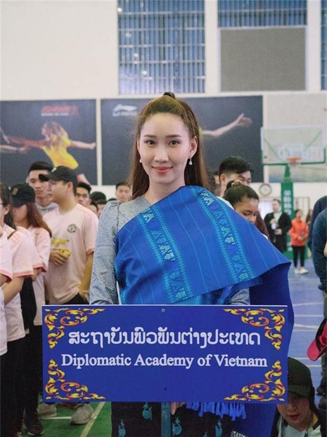 """""""Bông hồng"""" Lào gốc Việt xinh đẹp trong lễ tốt nghiệp tại Học viện Ngoại giao - 7"""