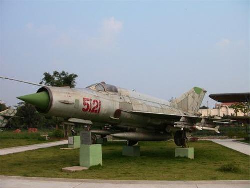 Tên lửa K-5MS và K-13 trên tiêm kích đánh chặn MiG-21MF số hiệu 5121 trưng bày tại Bảo tàng Phòng không - Không quân. Ảnh: Tiền Phong.