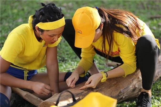 Đội Vàng đang vẽ khuôn mặt tượng nhà mồ trước khi khắc