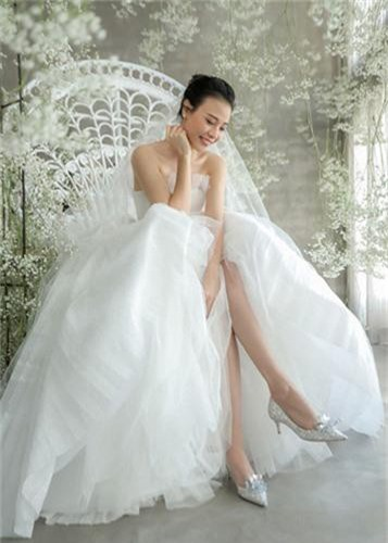 Dieu dac biet ve 3 chiec vay cuoi cua Dam Thu Trang trong hon le-Hinh-4