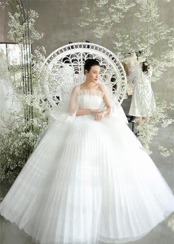 Đàm Thu Trang sở hữu vóc dáng mảnh mai, gương mặt xinh đẹp nên dù mặc váy cưới cúp ngực gợi cảm hay mẫu kín đáo, cô vẫn đẹp hút hồn.