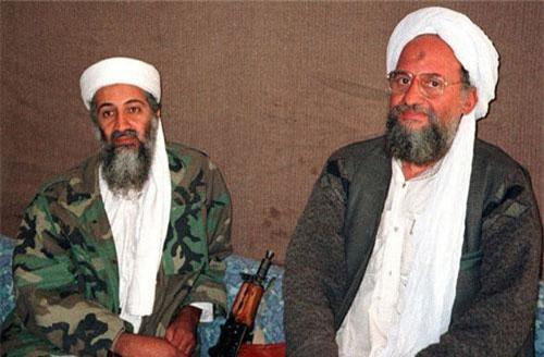 Osama bin Laden (trái) cùng cố vấn và sau này là người kế nhiệm Ayman al-Zawahri trong cuộc phỏng vấn. Hình ảnh được báo Dawn cung cấp ngày 10/11/2001. (Ảnh: Reuters)