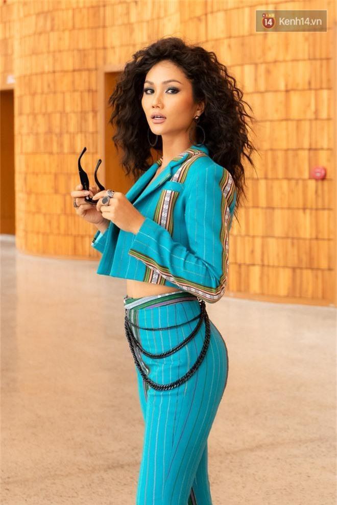 HHen Niê diện áo khoe eo thon, tóc bấm cực cá tính đọ sắc cùng Hoàng Thùy và dàn mỹ nhân Vbiz - Ảnh 4.