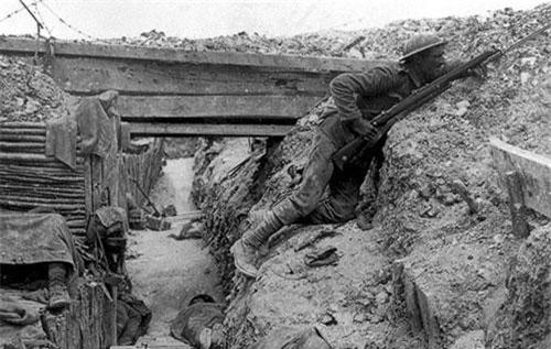 Chiến tranh Thế giới thứ nhất là một cuộc chiến tranh chiến hào, mọi quốc gia tham chiến đều cải tiến công nghệ... đào hào lên mức hiện đại nhất để phục vụ cuộc chiến này. Mọi nhu cầu thiết yếu của người lính từ tắm giặt, ăn uống, vệ sinh, cứu thương,.. đều diễn ra bên dưới lòng đất hoặc bên trong những chiến hào như thế này. Nguồn ảnh: Listfact.