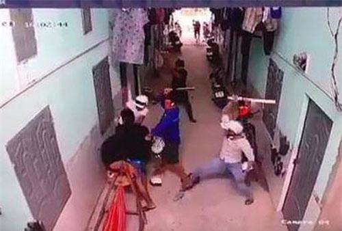 Hình ảnh nhóm côn đồ xông vào phòng trọ tấn công anh Lành được camera an ninh ghi lại.
