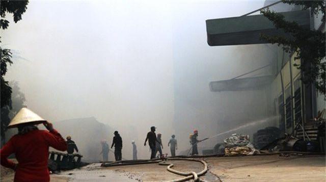 Đang cháy dữ dội trong khu công nghiệp, hàng trăm chiến sĩ vật lộn với bà hỏa - 4