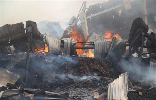 Đang cháy dữ dội trong khu công nghiệp, hàng trăm chiến sĩ vật lộn với bà hỏa - 5