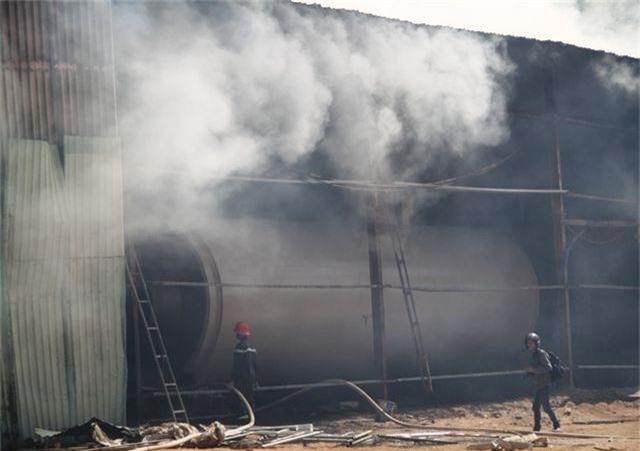 Đang cháy dữ dội trong khu công nghiệp, hàng trăm chiến sĩ vật lộn với bà hỏa - 7