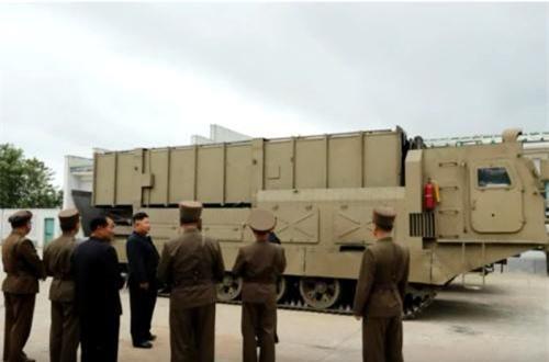 Cận cảnh phương tiện phóng tự hành đặt trên khung gầm bánh xích, mỗi xe phóng dường như mang được 2 container ống phóng. Nguồn ảnh: CACC