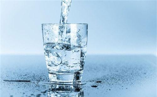 Nước rất cần thiết để lá phổi khỏe mạnh. Vì vậy, bạn nên cố gắng uống từ sáu đến tám ly nước mỗi ngày. Ảnh: nuochoisinh.